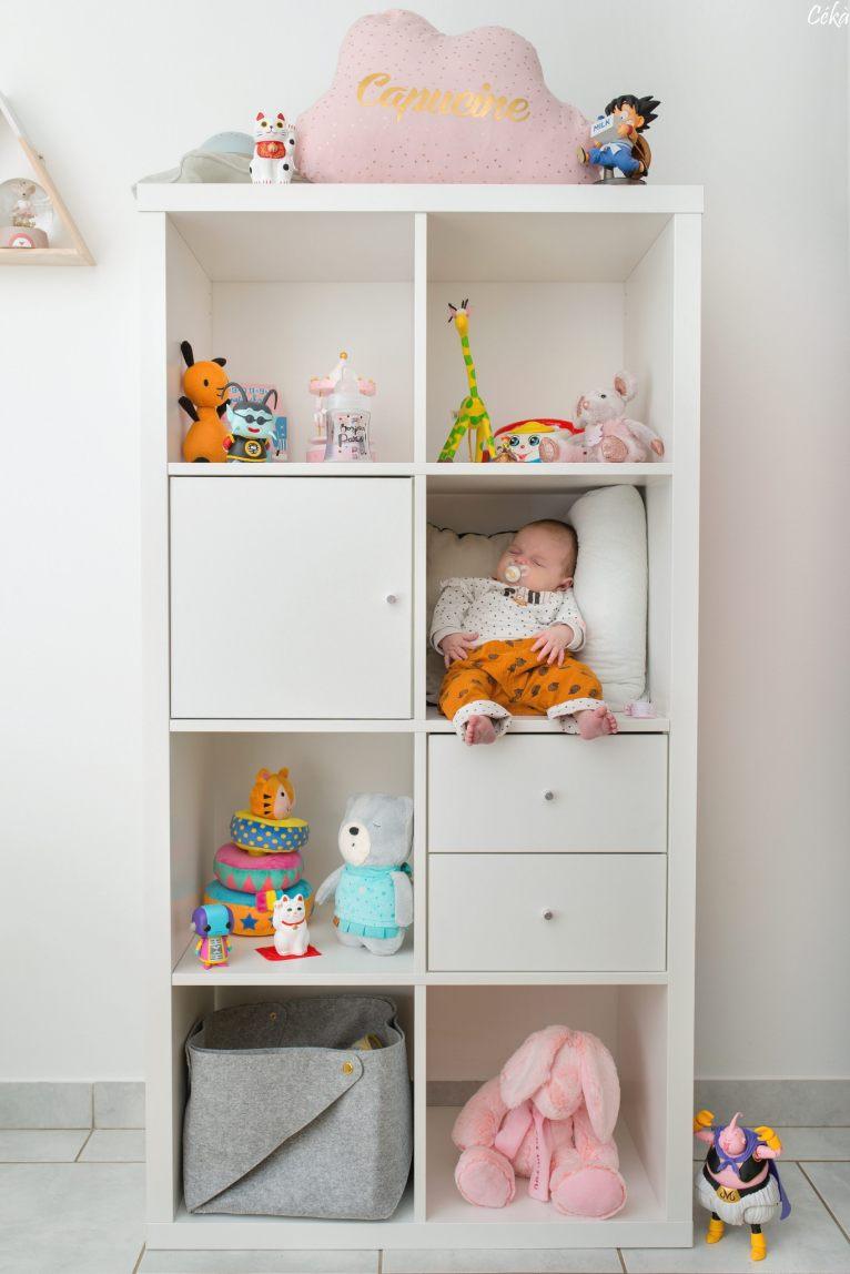 Bébé dans la chambre rigolo