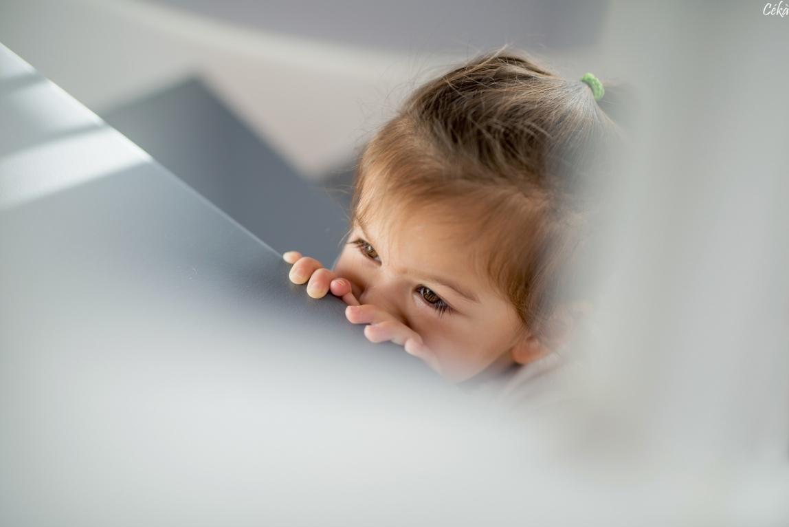 Enfant Regard dans les Escaliers