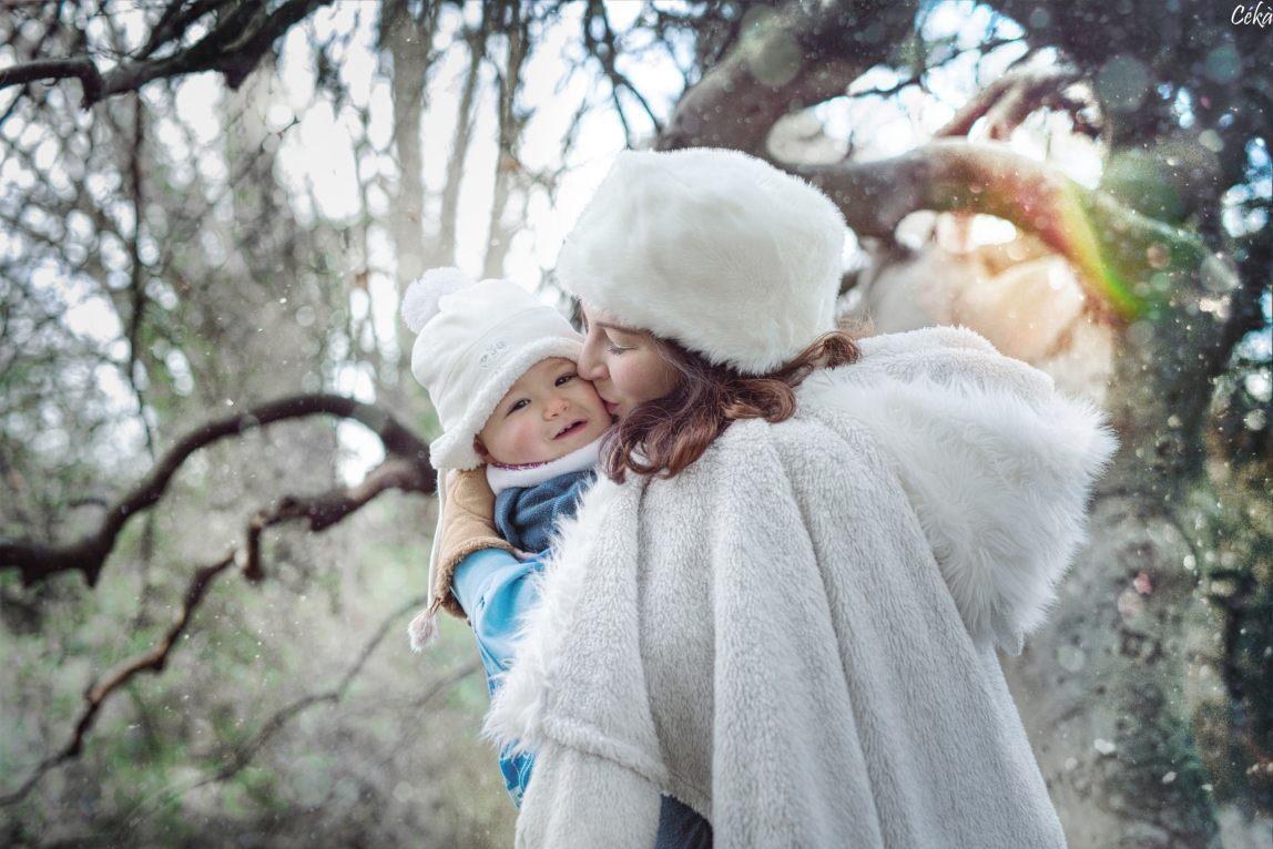 Portrait bébé maman dans un parc